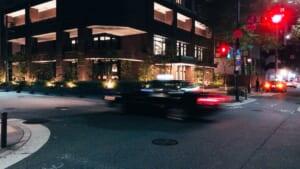 タクシーが通り過ぎる瞬間と交差点の夜景