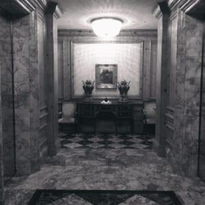 リッツカールトンのエレベーター前をモノクロで撮影した写真