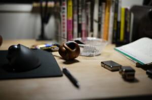 菊池さんの作品とテーブル