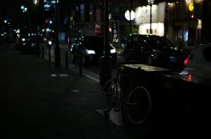 三休橋で撮影した愛用自転車と通過中の自動車