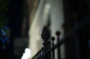 夜に撮影した綿業会館の柵の一部