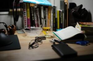 テイスティンググラスと読みかけの書籍