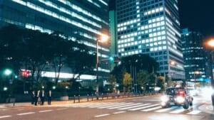 夜に撮影した横断歩道の写真