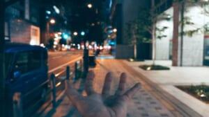 夜に撮影した北浜の歩道と、ボケた照明