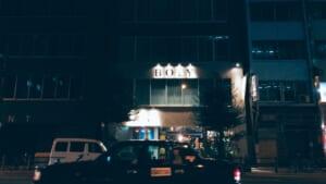 夜に撮影した北浜の建物