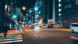 夜に撮影した北浜の道路の写真