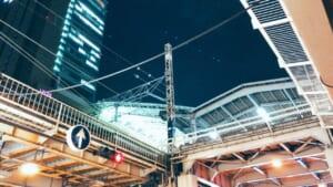 大阪駅から見上げた夜景とビルと電線