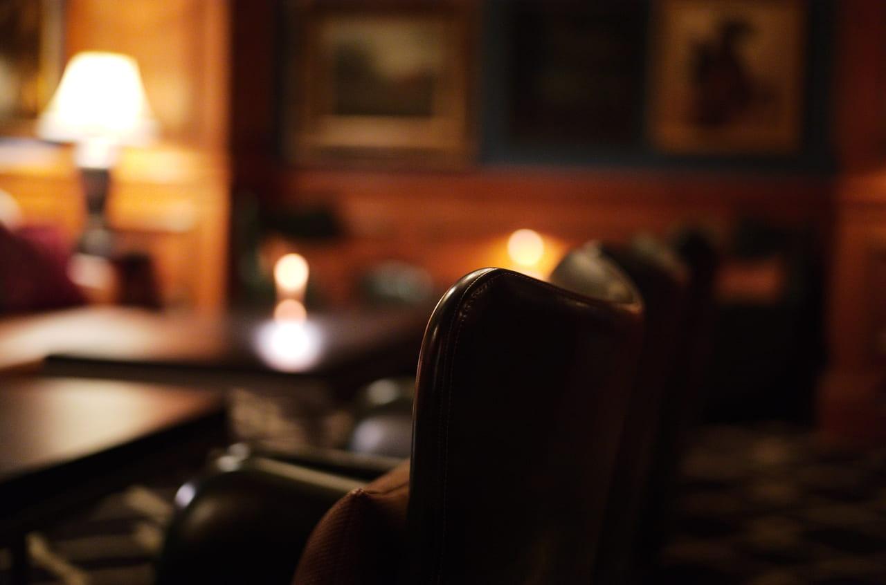 リッツバーの革張りソファ