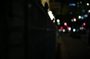 夜の綿業会館で撮影した大好きな柵の写真