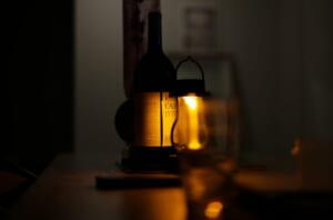 ワインボトルのラベルとバルミューダライト