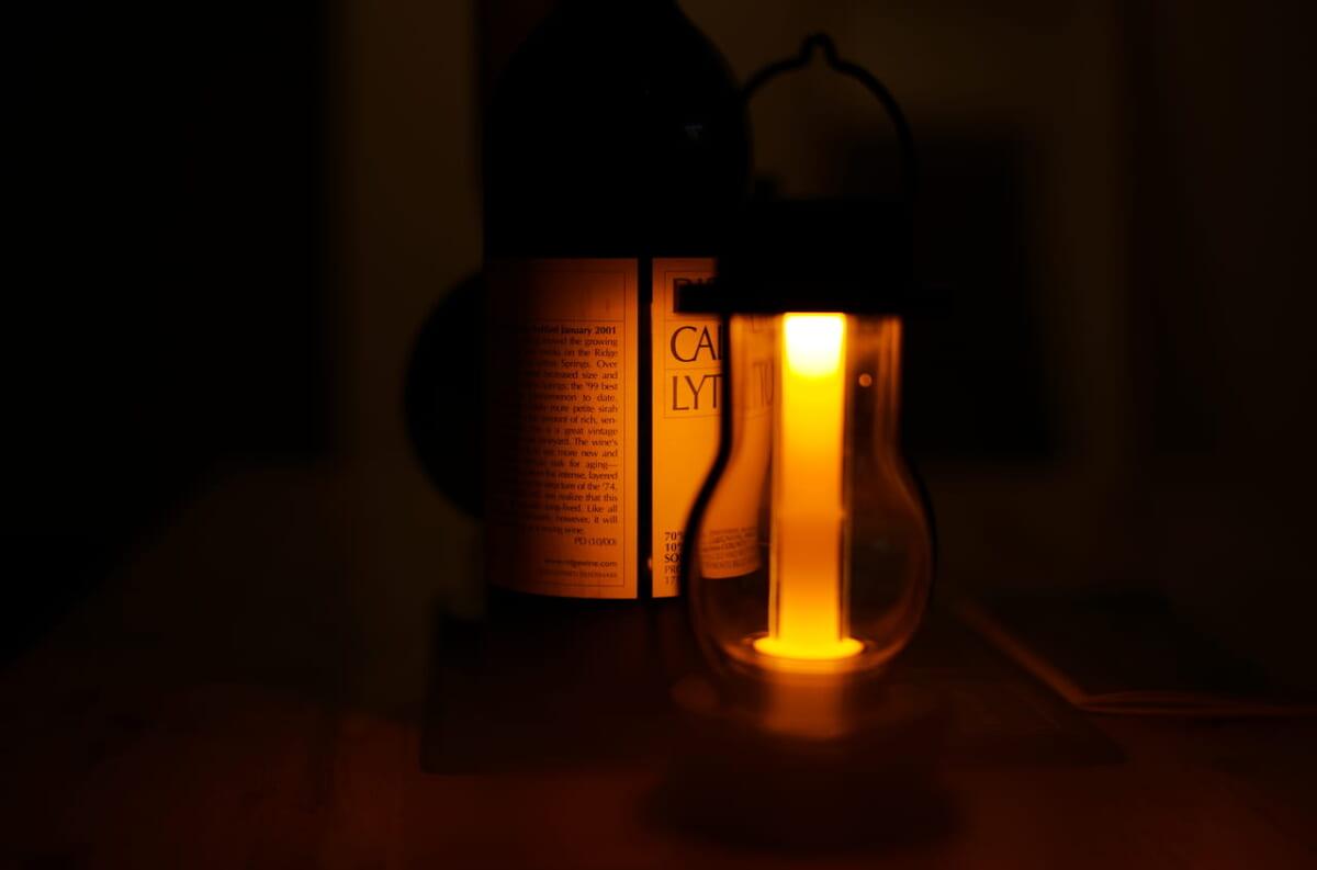 バルミューダのランプとRIDGEワインボトル