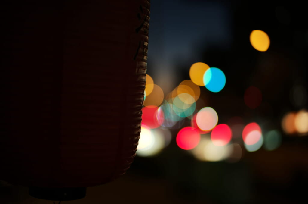 提灯と道路の夜景