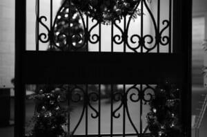 モノクロで撮影したセントレジス本町のエントランス