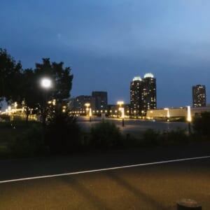 夜に撮影した会員制ホテルのそばにある橋