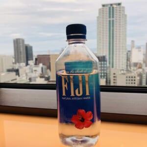 タワーマンション高層階から撮影したFIJIのペットボトル