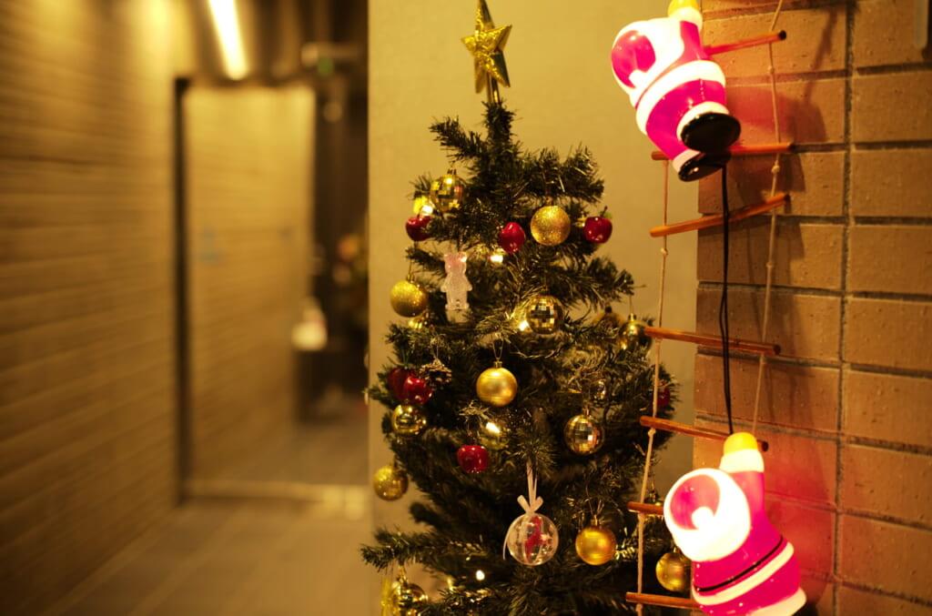 素敵なクリスマスツリーとミニサンタ