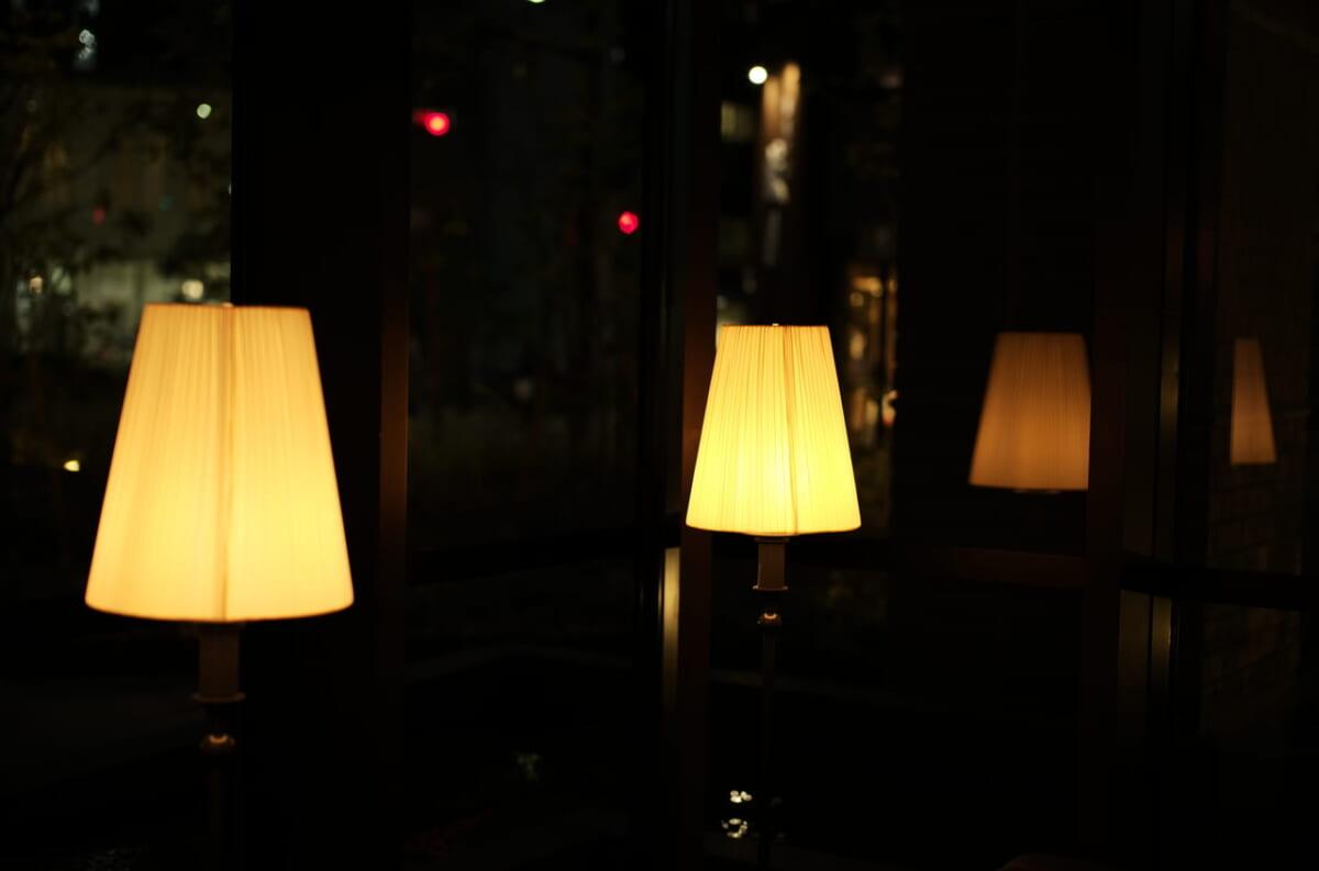 美しいラウンジの間接照明