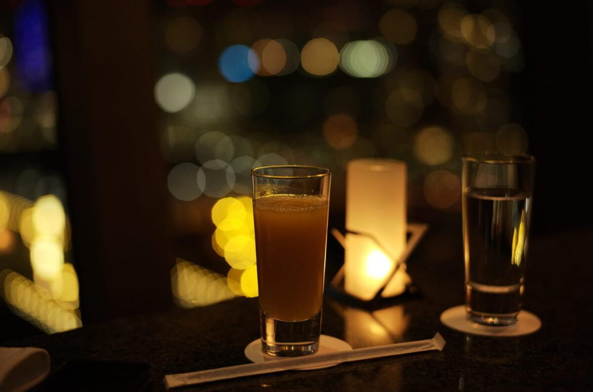 ベイコートクラブのバーで撮影したグラスと夜景