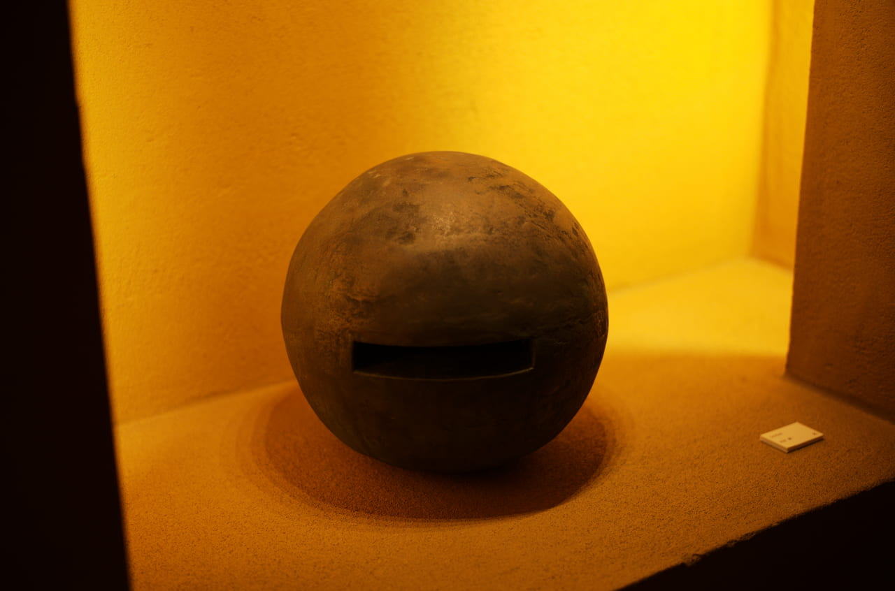 石の丸いオブジェ