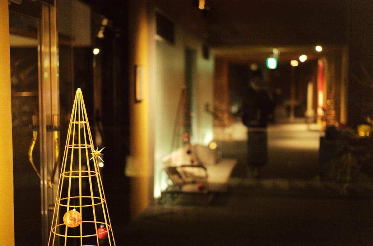 雅樂倶のクリスマスツリーと廊下