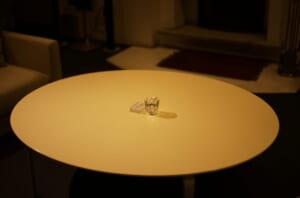 テーブルにぽつんとあるガラス