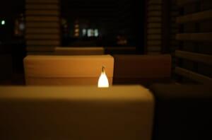 白いソファと素敵なテーブルライト
