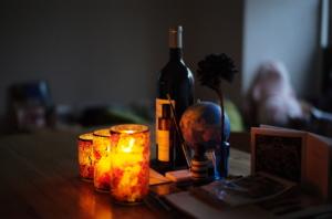 間接照明のキャンドルとワイン、そして地球儀