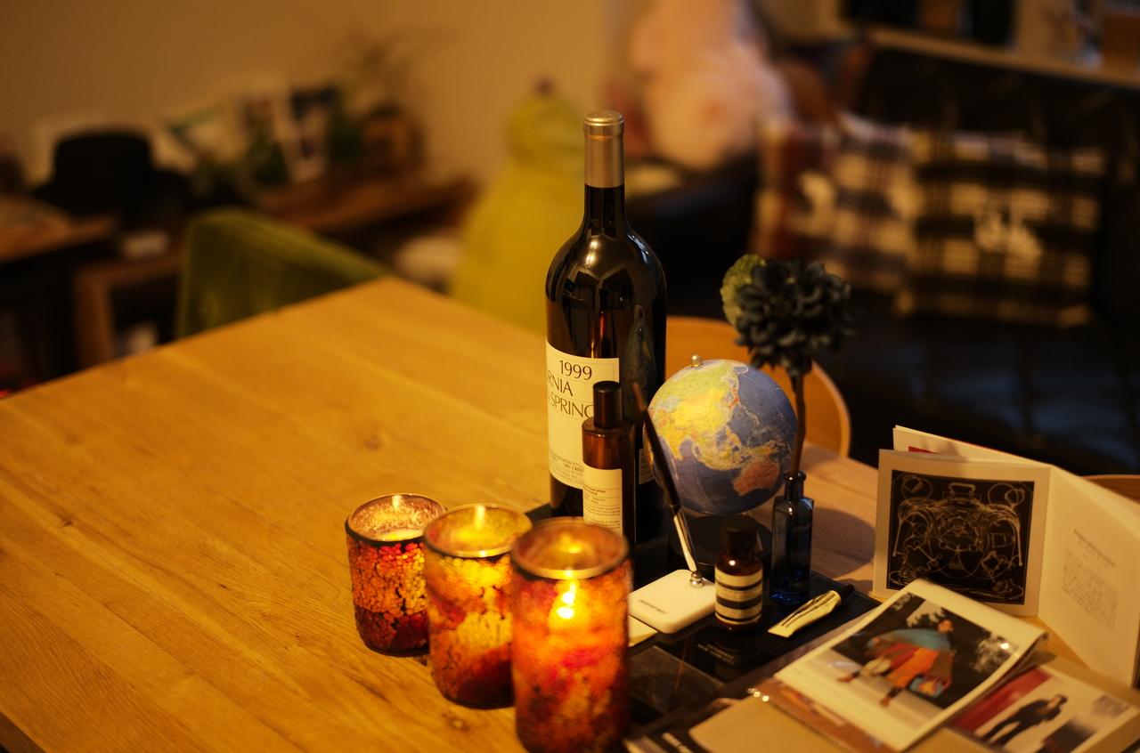 美しいテーブル、ワインと地球儀