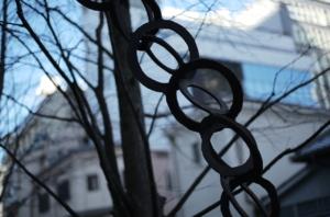 鉄のモニュメントと樹木のマリアージュ
