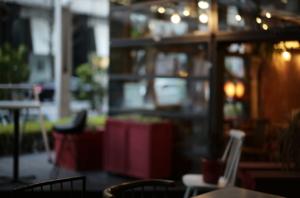 雰囲気のあるカフェの様子