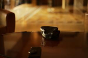 テーブルの上にあるライカカメラバッグ