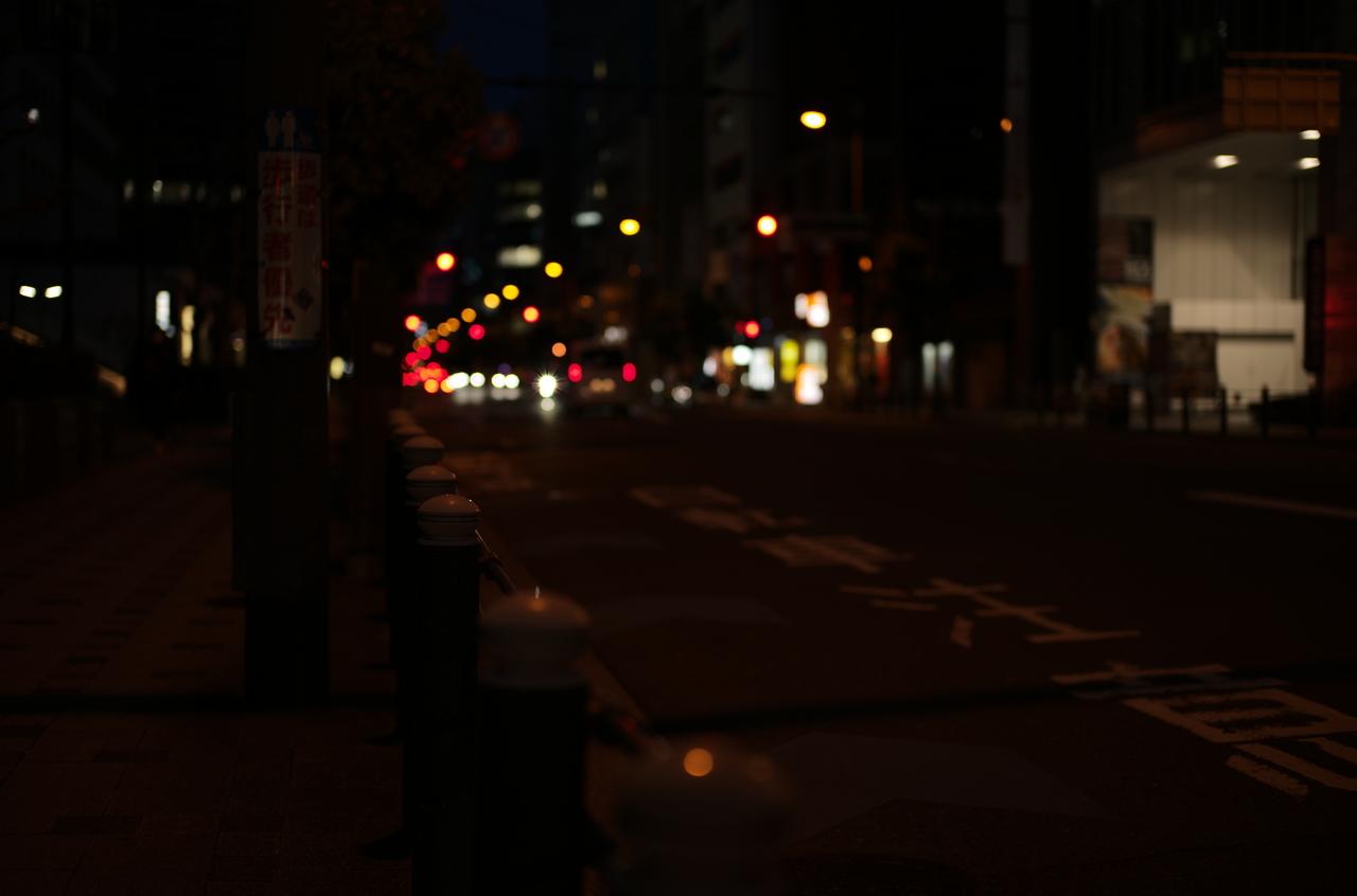 夜に撮影した道路と信号のライト