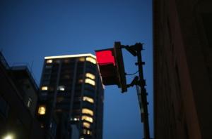 夜空に映える信号機とタワーマンション
