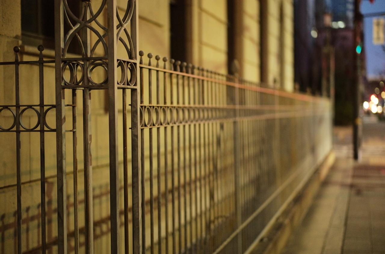 美しい柵と道路の様子