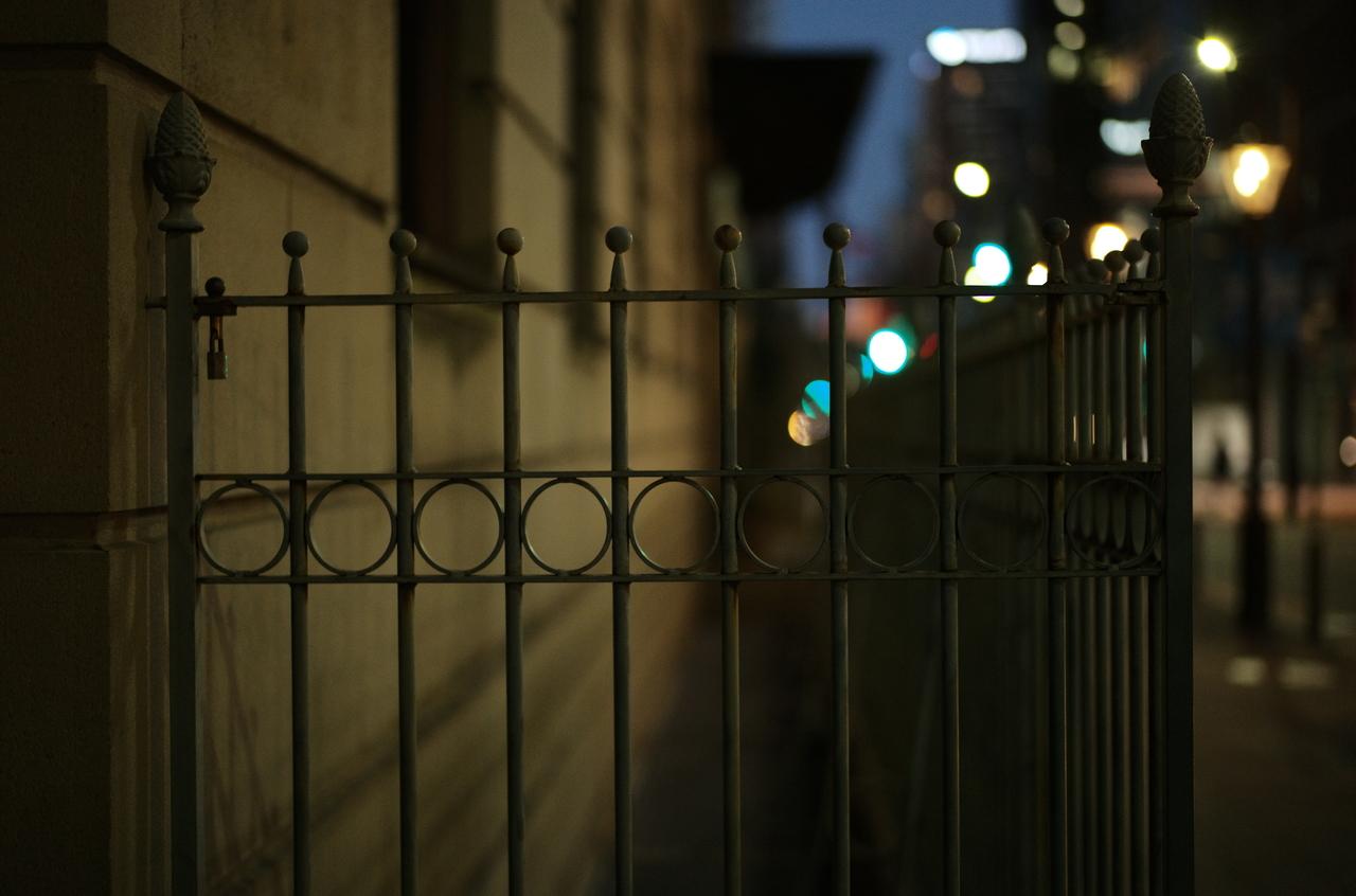 綿業会館の雰囲気がある鉄柵