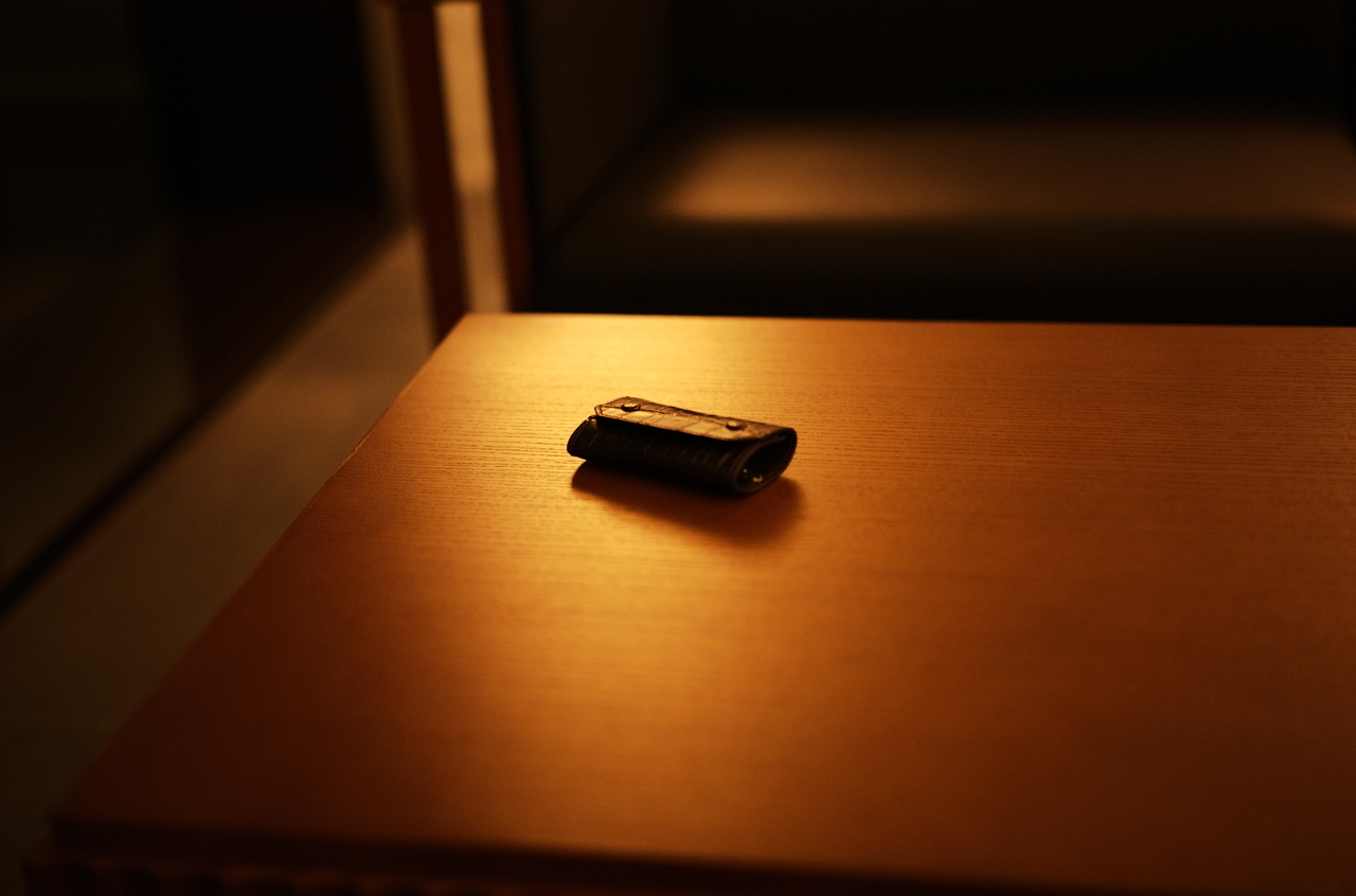 雰囲気のある間接照明とキーケース