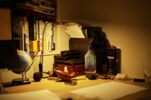 かっこいい書斎とFIJIウォーター