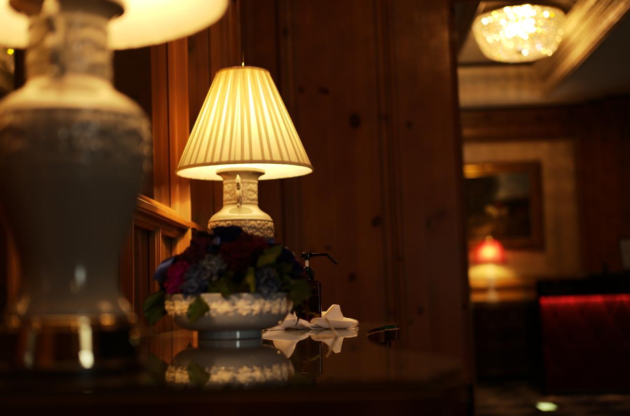 リッツ・カールトン大阪の廊下とランプ