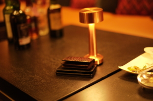 美しいランプとクロコダイルの皮革製品