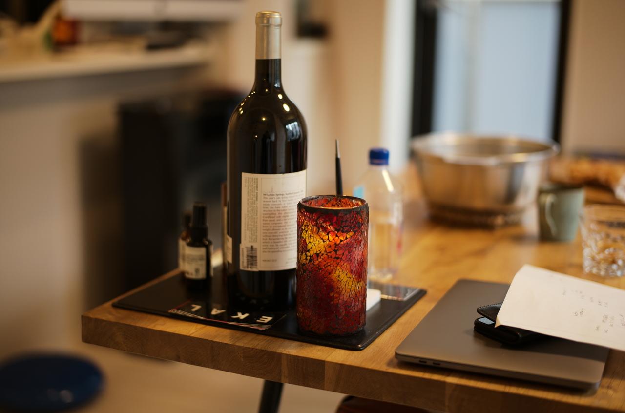 美しいワインボトルとキャンドルライト