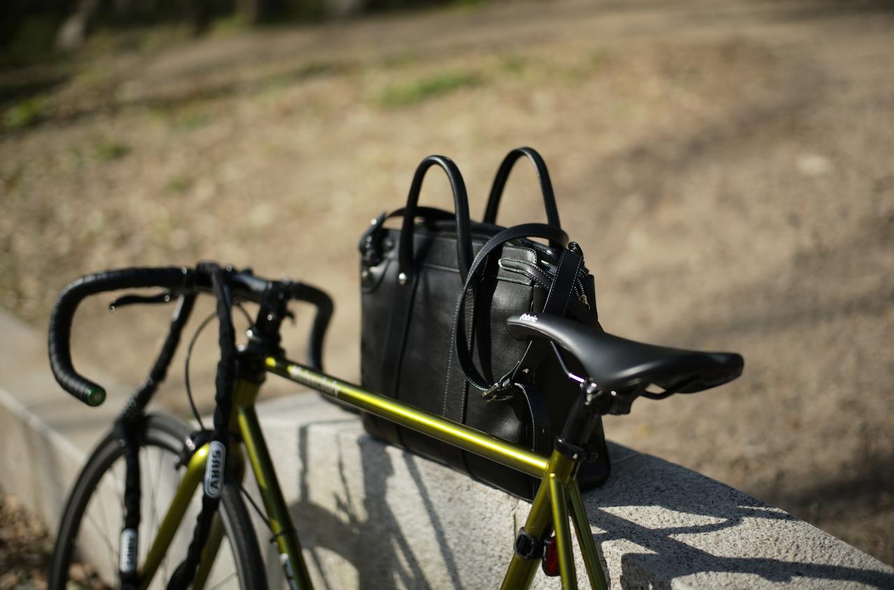 美しい自転車と革製品