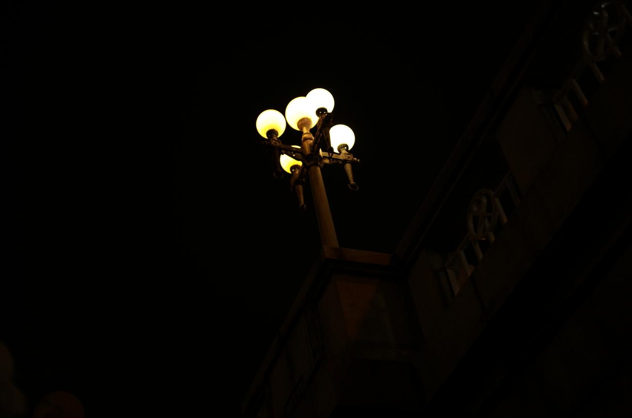 暗闇の中で光る街灯