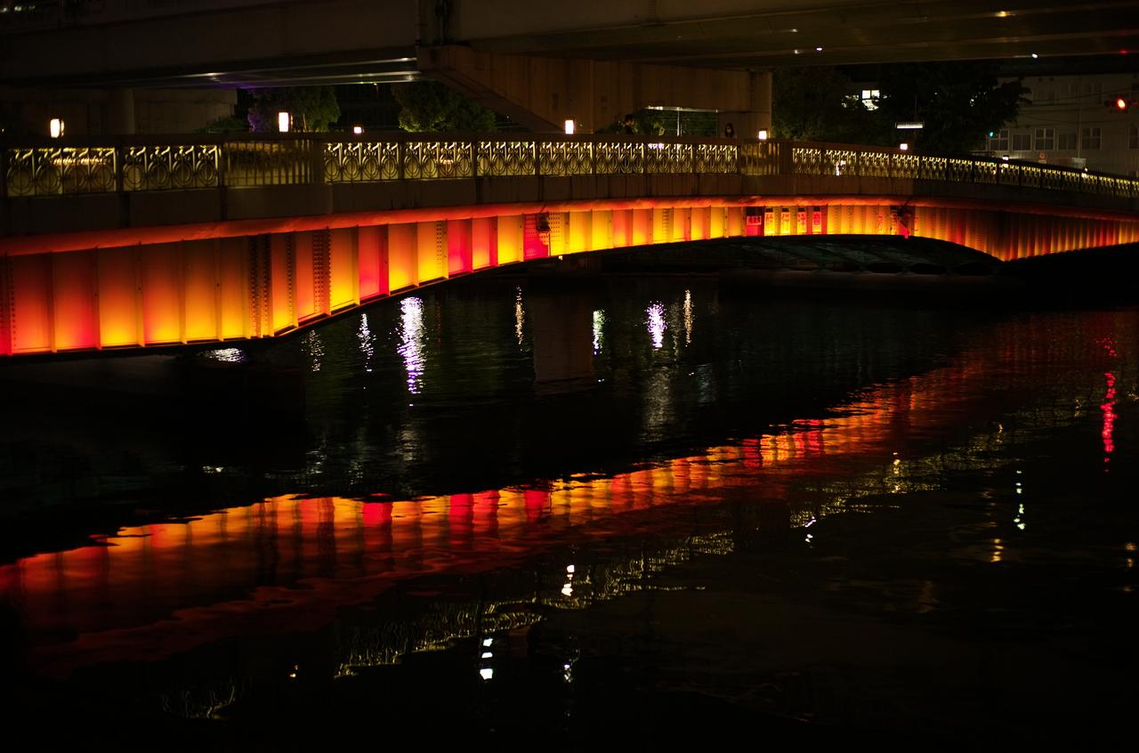 夜に撮影した美しい水面と橋のライト