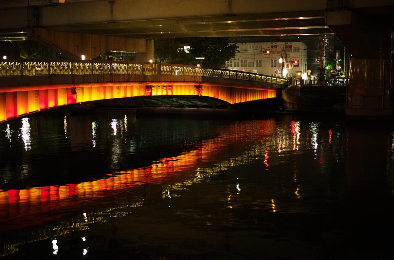 雰囲気のある水面と橋
