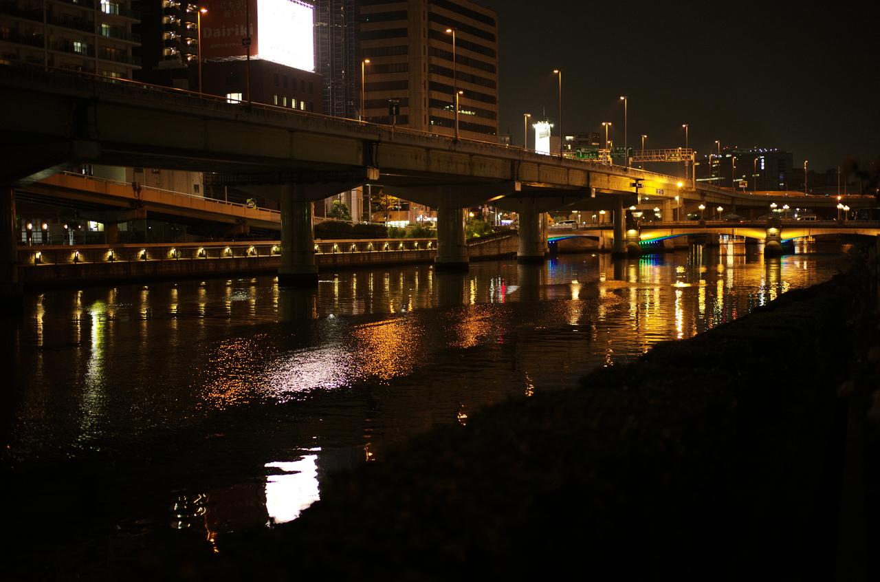 美しい夜景と水面
