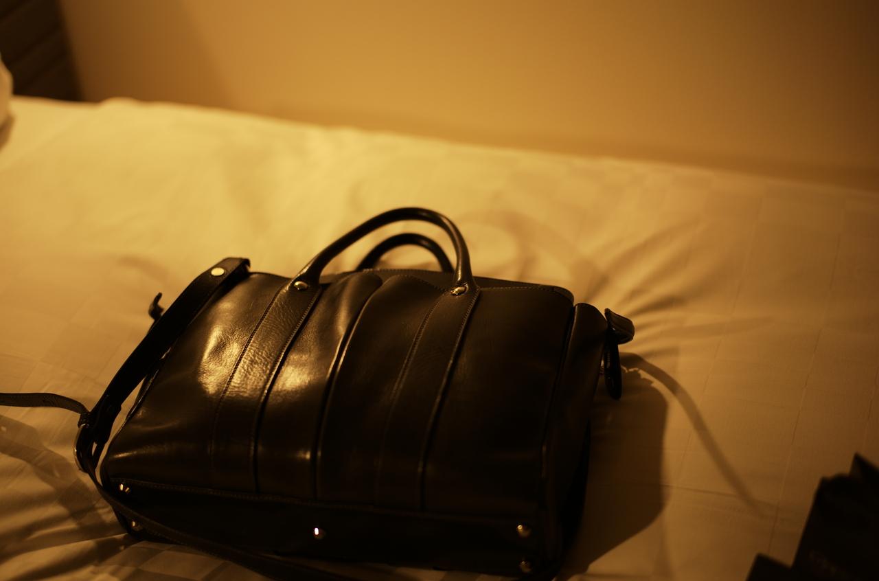 無造作に置かれた万双の美しいバッグ