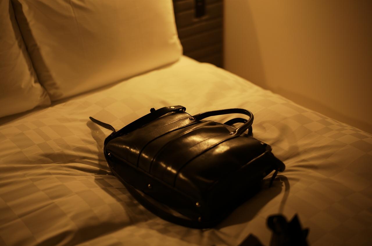 美しい間接照明とレザーバッグ