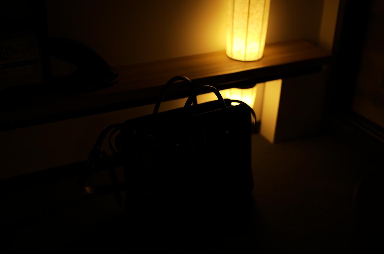 美しいライトと、レザーバッグのシルエット