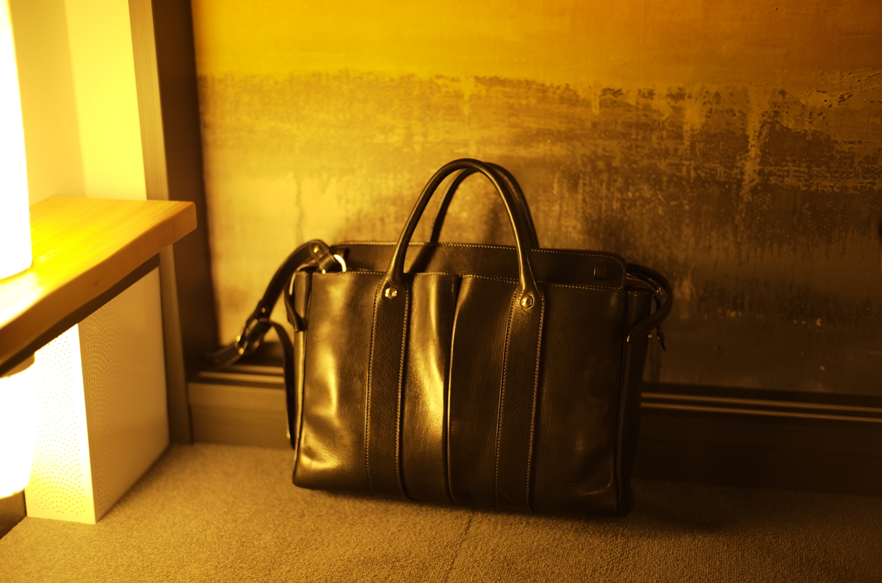 間接照明で輝く万双のバッグ