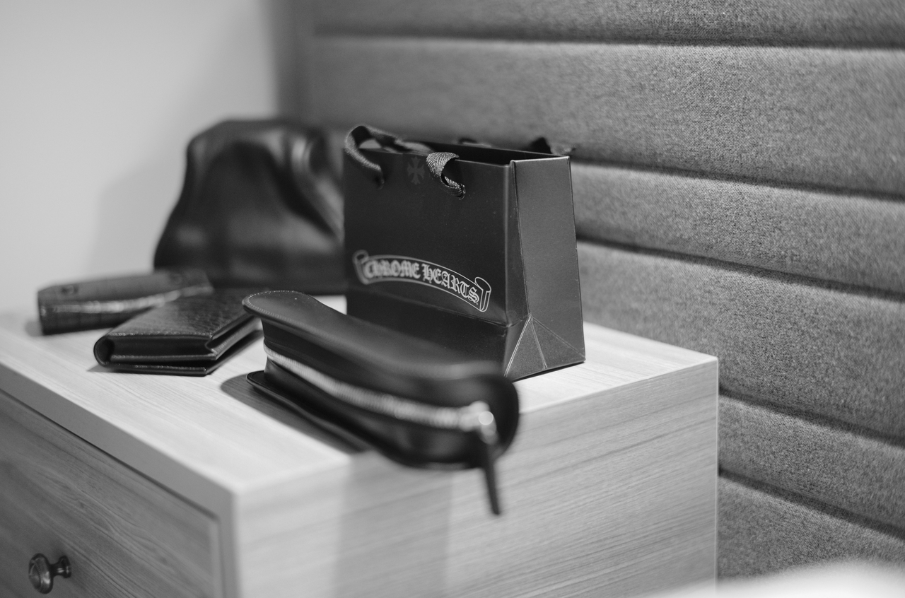 モノクロで撮影したクロムハーツのバッグと万双のペンケース
